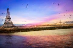 Rompeolas en Bosphorus y la silueta durante la puesta del sol Imagen de archivo