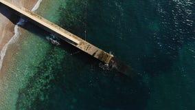 Rompeolas en frente al mar con la opinión aérea horizontal del agua del océano de la turquesa metrajes