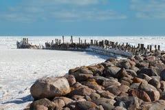 Rompeolas en el mar Báltico helado. Fotografía de archivo libre de regalías