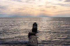 Rompeolas en la costa del Mar Negro destruida por el impacto de la tormenta, del agua y del tiempo Él ` s hermoso imagen de archivo libre de regalías