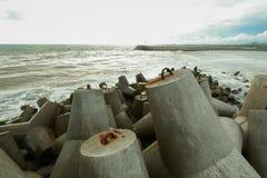 Rompeolas en la playa de Glagah imagenes de archivo