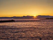 Rompeolas en Ogden Point en Victoria, A.C., Canadá; puesta del sol t Imagenes de archivo