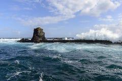Rompeolas en Santa Cruz, archipiélago de Azores (Portugal) Imagen de archivo libre de regalías