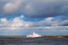 Rompeolas en tormenta foto de archivo