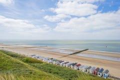 Rompeolas en una playa recreativa en tierra de protección de la primavera del mar imagenes de archivo