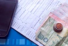 Rompió el concepto, connext móvil del balance de cuentas, monedas, billete de banco, Imagen de archivo