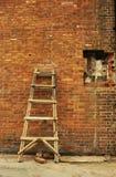 Rompió la escala de la pared de ladrillo en diversa actitud Fotografía de archivo libre de regalías