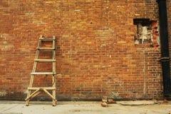 Rompió la pared de ladrillo y la escala Fotos de archivo libres de regalías