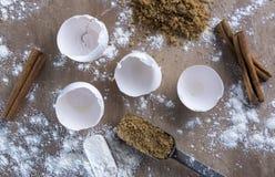 Rompiendo algunos huevos - la encimera del panadero Fotos de archivo libres de regalías