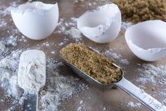 Rompiendo los huevos - la encimera del panadero Imagen de archivo libre de regalías