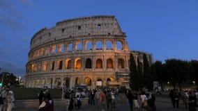 Roms berühmtes colosseum an der Dämmerung stock footage