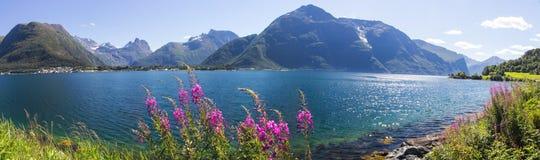 Romsdalsfjorden blisko Andalsnes w Południowym Norwegia zdjęcie stock