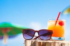 Romstansmaskincoctail och solglasögon på tropiskt Arkivbilder