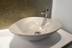Ron luxueux étincelle la mosaïque et l'évier d'or vert sur la salle de bains Image libre de droits