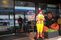 Ronald McDonald statua, maskotka przed McDonald ` s fasta food restauracyjnym łańcuchem w Tajlandia Obraz Royalty Free