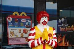 Ronald McDonald statua, maskotka przed McDonald ` s fasta food restauracyjnym łańcuchem w Tajlandia Fotografia Stock