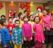 Ronald McDonalds-Charakter, der Partei mit Fans hat Stockfotos