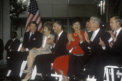 Ronald Reagan总统,里根夫人,加利福尼亚州长乔治Deukmejian和妻子和其他政客 里根和加利福尼亚州长乔治Deukmejian赞许罗纳德・里根 免版税库存图片