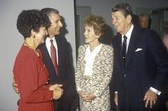 Ronald Reagan总统,里根夫人,加利福尼亚州长乔治Deukmejian和妻子和其他政客 里根,加利福尼亚州长乔治Deukmejian和妻子 免版税库存照片