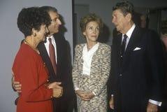 Ronald Reagan总统,里根夫人,加利福尼亚州长乔治Deukmejian和妻子和其他政客 里根,加利福尼亚州长乔治Deukmejian和妻子 库存图片