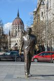 Ronald Reagan statua z Budapest parlamentem w backgro fotografia stock