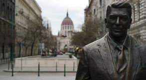 Ronald Reagan Statue. A close viwe of Ronald Reagan Statue face with Parliament building in the background in Budapest Stock Photos