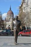 Ronald Reagan-Statue mit dem Budapest-Parlament im backgro stockfotografie