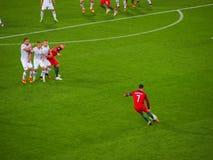 Ronaldo nimmt einen Freistoß Stockfoto