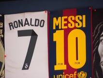 ¿Ronaldo o Messi? foto de archivo
