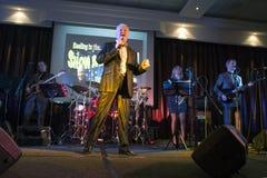 Ronan Collins som dras tillbaka av besegrareshowbanden arkivfoto