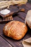 Rond artisanaal brood Het concept gezond voedsel en traditionele bakkerij stock foto's