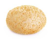 Rond broodje met sesamzaden op een witte achtergrond Royalty-vrije Stock Fotografie