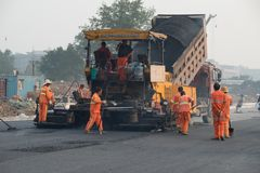 Rond China - mensen die op het werk, weg troep, dag nieuwe weg leggen stock foto's