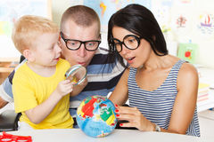 Rond de Wereld met meer magnifier Royalty-vrije Stock Afbeelding