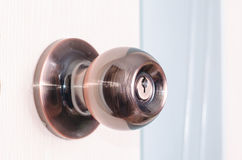 Rond deurhandvat met een klink op een achtergrond van roze deur Stock Afbeelding