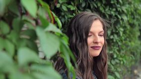 Rond en portret die van aantrekkelijk jong brunette, eruit zien genieten van stock video