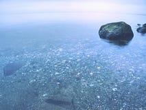 Rond gemaakte stoune stok uit ondiep water van baai royalty-vrije stock fotografie