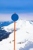 Rond gestalte gegeven aandachtsteken op berglandschap Stock Fotografie