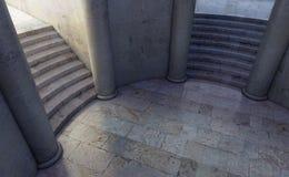 Rond hof dat tot twee afzonderlijke trappen leidt Stock Foto