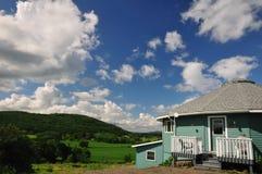 Rond huis met de mening van de riviervallei Royalty-vrije Stock Foto's