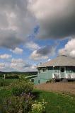 Rond huis met tuin die riviervallei overziet Royalty-vrije Stock Foto