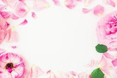 Rond kader van roze bloemen, bloemblaadjes en bladeren op witte achtergrond Bloemenlevensstijlsamenstelling Vlak leg, hoogste men Royalty-vrije Stock Foto's