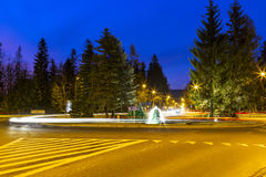 Rond point de Kuznickie la nuit dans Zakopane Image stock