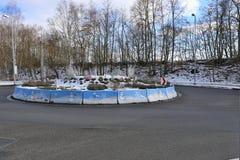 Rond point de route avec des photos des bonhommes de neige Photographie stock