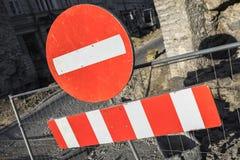 Rond rood teken Geen Ingang op stedelijke wegbarrière stock afbeeldingen