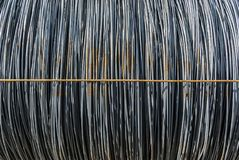 Rond staal in ringen in het materiële lager, enige ring met kruiselings symmetrische binddraad, Stock Foto's