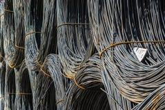 Rond staal in ringen in het materiaal die verscheidene gestapelde ringen dragen, selectieve nadruk Stock Foto