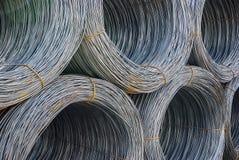 Rond staal in ringen in het materiaal die verscheidene gestapelde ringen dragen, selectieve nadruk Stock Afbeelding