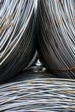 Rond staal in ringen in het materiaal die verscheidene gestapelde ringen dragen, selectieve nadruk Royalty-vrije Stock Afbeelding