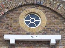 Rond vensterdetail en stenen rand Stock Foto's